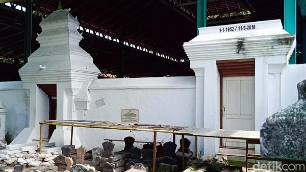 Ki Ageng Gribig adalah cucu Prabu Brawijaya dari Kerajaan Majapahit, putra dari R.M. Guntur atau Prabu Wasi Jolodoro.Ki Ageng Gribig merupakan salah satu ulama pada zaman Mataram yang menyebarkan Agama Islam khususnya di Jatinom.