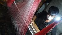 Kunjungi Sentra Songket Pandai Sikek, Sandiaga: Jangan Ditawar ya!
