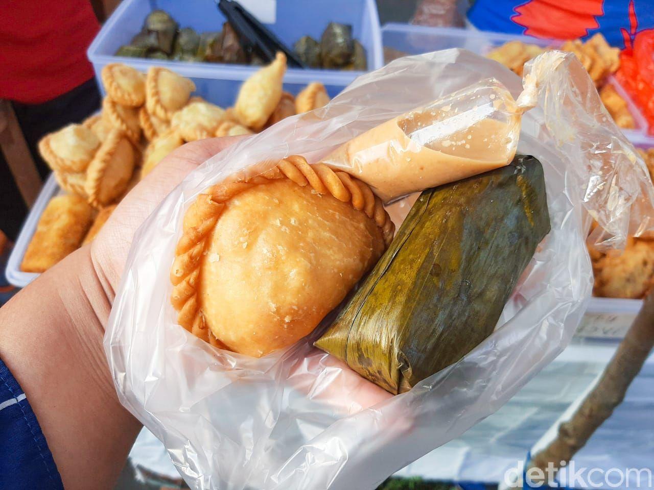 Berburu takjil di Benhil dengan bawa uang Rp 20 ribu. Bisa dapat piscok, pastel, lontong, hingga es buah.