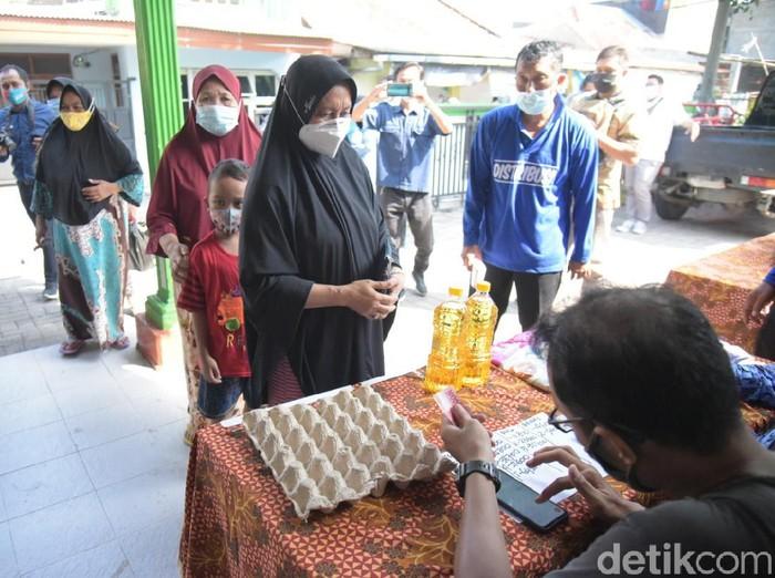 Selama Ramadhan, Pemkot Surabaya rutin menggelar operasi pasar untuk menstabilkan harga bahan pokok. Saat operasi pasar, warga bisa mendapatkan bahan pokok dengan harga lebih murah.