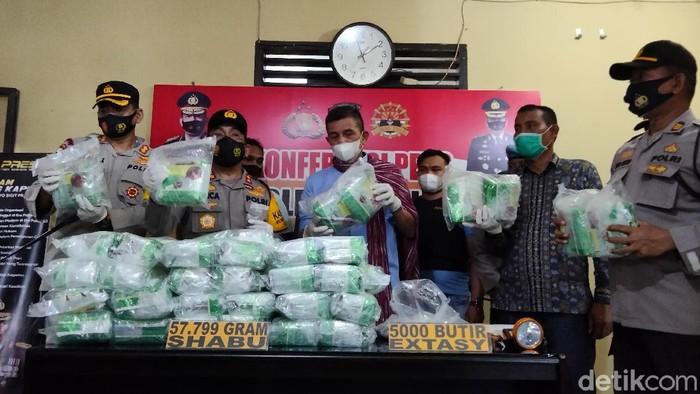 Polisi menggagalkan peredaran narkoba berjenis sabu seberat 57 kg dan 5 ribu butir ekstasi di wilayah perairan Asahan (Perdana Ramadhan/detikcom)