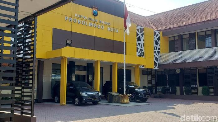 Tiga anggota LSM di Kota Probolinggo memeras penjual BBM eceran dengan mengaku polisi. Saat beraksi, ada anggota Sabhara Polres Probolinggo Kota bersama mereka.