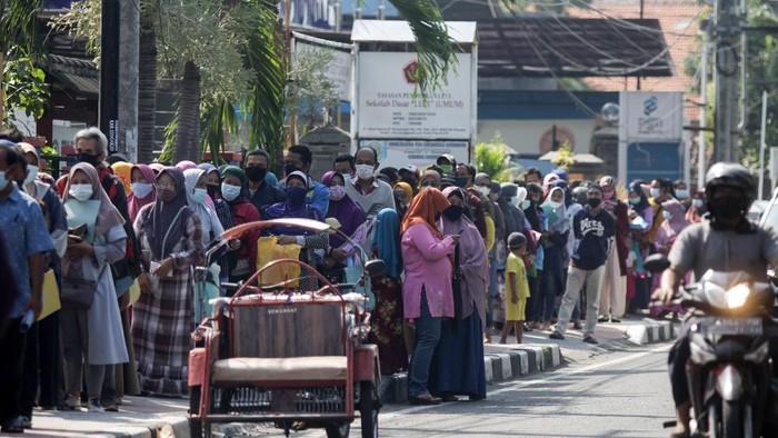Warga mengatre untuk menyerahkan dokumen permohonan Bantuan Produktif Usaha Mikro (BPUM) atau BLT UMKM di depan Kantor Dinas Koperasi dan Usaha Mikro Sidoarjo, Jawa Timur, Jumat (23/4/2021). Kementerian Koperasi dan UKM memberikan bantuan produktif usaha mikro (BPUM) 2021 kepada pelaku usaha mikro yang memenuhi syarat dan ditetapkan jadi penerima bantuan ini oleh KemenkopUKM sebesar Rp1.2 juta. ANTARA FOTO/Umarul Faruq/foc.