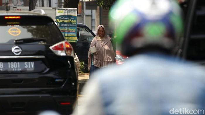 Saat bulan suci Ramadhan, pengemis makin marak dan menjamur. Seperti terlihat di sepanjang Jalan Alternatif Transyogi Cibubur, Jakarta.