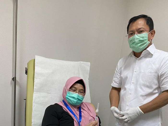 Siti Fadilah disuntik sel dendritik oleh Terawan (Dok istimewa)