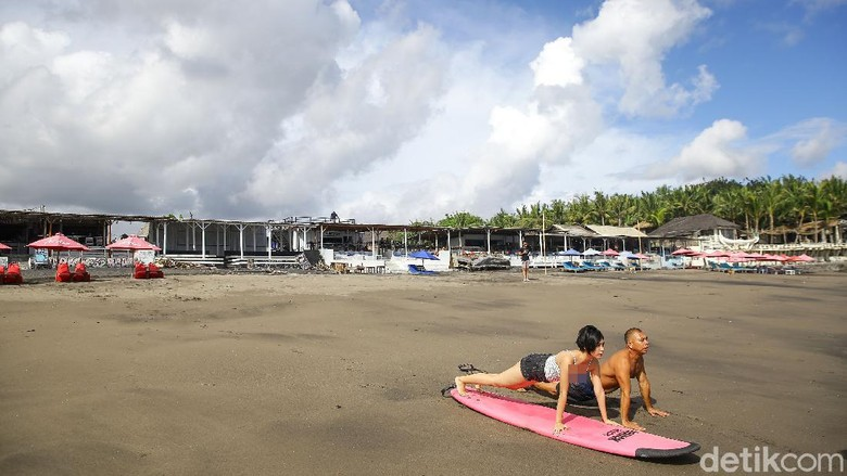 Surfing di Pantai Batu Mejan Canggu