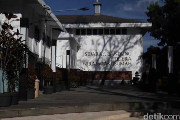 Sekadar informasi, sebelum menjadi Taman Sejarah seperti saat ini, dulunyadestinasi ini merupakan tempat parkir Gedung DPRD Kota Bandung. Lokasi semula sudah dipindah ke Jalan Sukabumi.