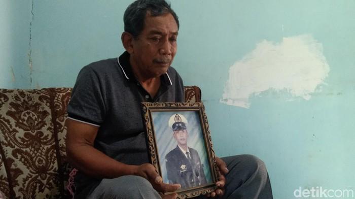 Ayah Serda Dwi Nugroho, Sudiyanto, mendoakan anaknya dan semua kru kapal selam KRI Nanggala-402 selamat