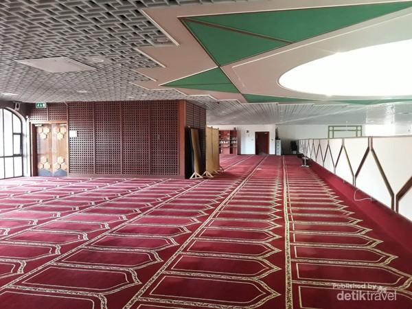 Hamparan karpet permadani untuk shaf sholat perempuan di lantai atas