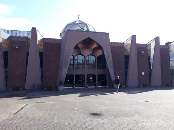 Glasgow Central Mosque terletak di selatan River Clyde, Glasgow