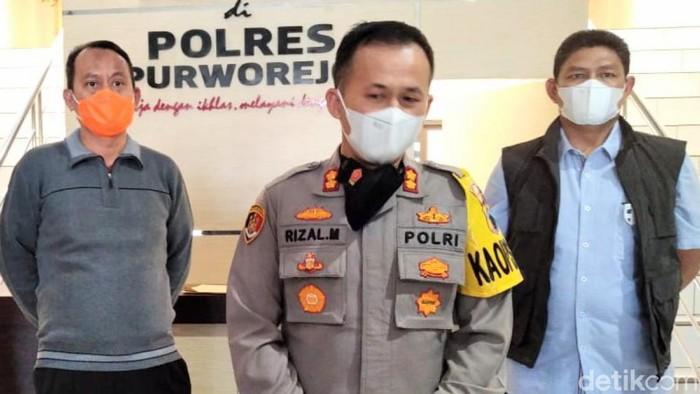 Kapolres Purworejo AKBP Rizal Marito didampingi Direktur Intel dan Keamanan Polda Jateng, Kombes Jati Wiyoto Abadi dan Kepala Kesbangpolinmas Provinsi Jateng, Haerudin. Foto diambil Sabtu (24/4/2021) di Mapolres Purworejo.