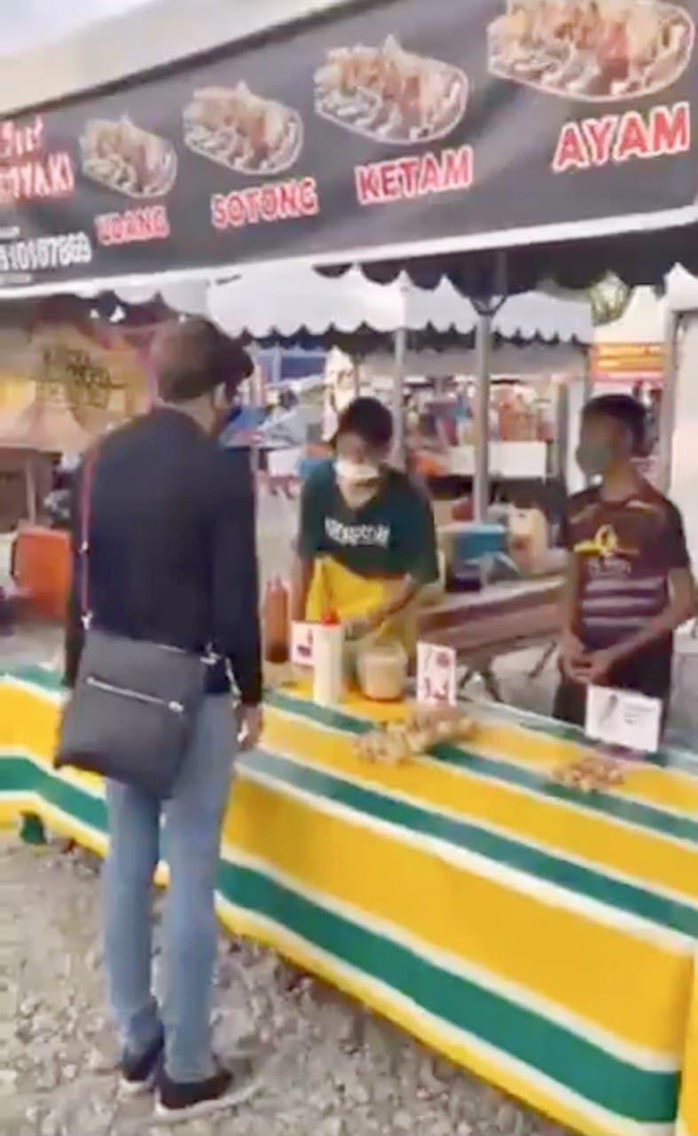 Keren! Pemuda Ini Borong Makanan Penjual Takjil untuk Dibagikan