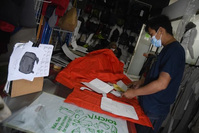 Beberapa UMKM fashion di indonesia justru mampu bertahan di saat pandemi karena memaksimalkan strategi pemasaran digital untuk pemasaran.