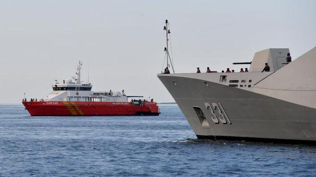 Sejumlah prajurit TNI AL berada di KRI Raden Eddy Martadinata-331 ketika sandar di Pelabuhan Tanjung Wangi, Banyuwangi, Jawa Timur, Sabtu (24/4/2021). Sedikitnya 21 KRI dikerahkan untuk mencari keberadaan KRI Nanggala-402 yang hilang kontak pada Rabu (21/4) dan pada Sabtu (24/4) dinyatakan  tenggelam oleh TNI setelah ditemukannya serpihan otentik milik kapal selam tersebut. ANTARA FOTO/Zabur Karuru/foc.