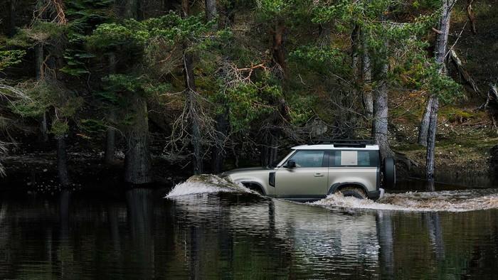 Land Rover Defender memenangi penghargaam desain mobil terbaik 2021