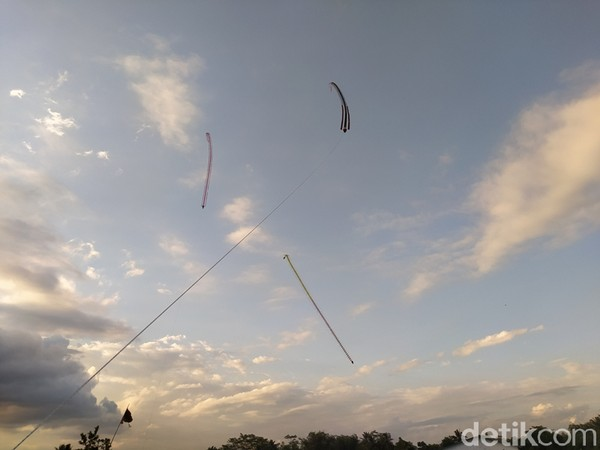 Cukup banyak warga yang senang melihat layang-layang terbang ini sembari menunggu waktu berbuka puasa.