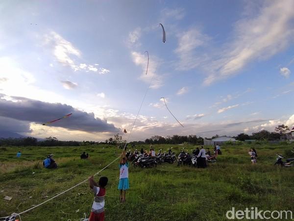 Lokasi menerbangkan layang-layang ini berada di persawahan daerah Sorobayan, Kecamatan Tegalrejo, Kabupaten Magelang, Jawa Tengah.