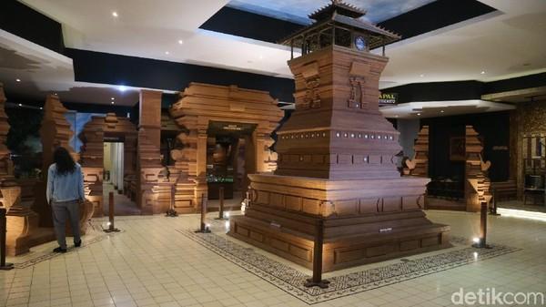 Pertama-tama pengunjung akan disambut dengan gerai Jenang di lantai satu. Selanjutnya, untuk menuju ke Museum Jenang pengunjung harus naik tangga. Begitu masuk, pengunjung akan disambut dengan replika Menara Kudus. (Dian Utoro Aji/detikTravel)