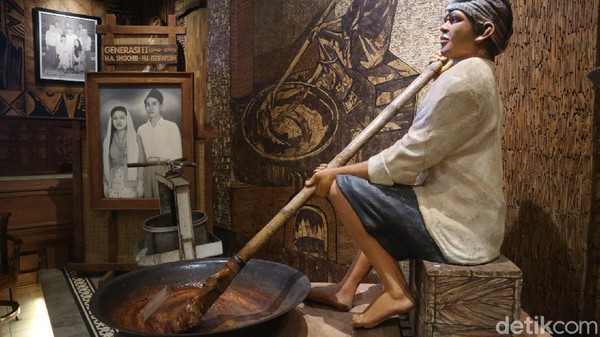 Di sini, pengunjung bisa melihat cara proses pembuatan jenang melalui penggambar patung di Museum Jenang. Pengunjung juga bisa melihat perlengkapan yang digunakan untuk membuat jenang hingga kemasan dari masa ke masa. (Dian Utoro Aji/detikTravel)