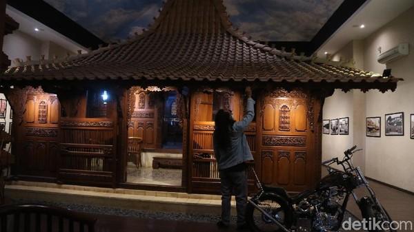 Tidak hanya disuguhkan dengan sejarah jenang, pengunjung juga bisa melihat Kudus tempo dulu. Di sana terdapat replika Menara Kudus, miniatur kompleks Masjid, Makam, dan Menara Kudus (Dian Utoro Aji/detikTravel)