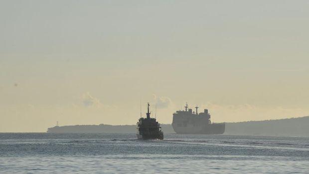 KRI I Gusti Ngurah Rai-332 dan KRI Oswald Siahaan (OWA) -354 bersiap-siap berlayar untuk melakukan operasi pencarian KRI Nanggala-402 di Pelabuhan Tanjung Wangi, Banyuwangi, Jawa Timur, Sabtu (24/4/2021). Pencarian kapal selam KRI Nanggala-402 difokuskan di laut sebelah utara Bali, yakni sekitar 40 km dari Celukan Bawang, Gerokgak, Kabupaten Buleleng, Bali. ANTARA FOTO/Zabur Karuru/hp.