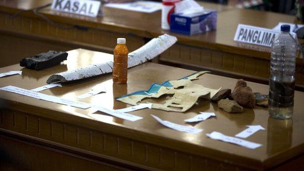 Beberapa kepingan barang milik kapal selam KRI Nanggala-402 yang hilang kontak di perairan Bali ditemukan.