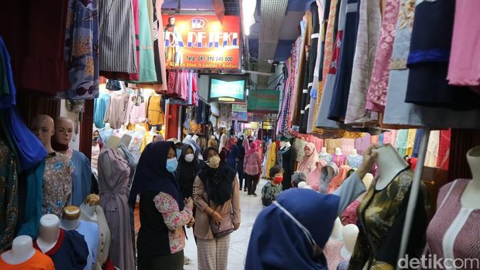 Penjual busana muslim di Pasar Kliwon Kabupaten Kudus