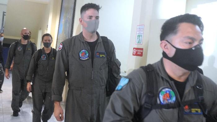 Pesawat P-8 Poseidon US Navy lepas landas dari Bandara I Gusti Ngurah Rai, Badung, Bali, Sabtu (24/4/2021). Pesawat milik Angkatan Laut Amerika Serikat tersebut membantu melakukan proses pencarian KRI Nanggala 402 yang hilang kontak saat melaksanakan 'drill' penembakan torpedo di perairan utara Bali sejak Rabu (21/4) lalu. ANTARA FOTO/Fikri Yusuf/foc.