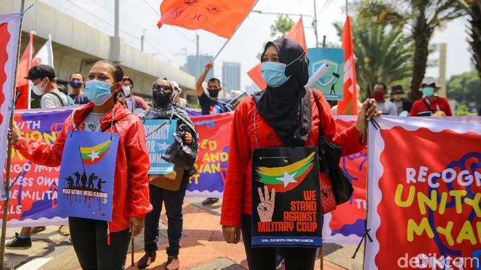 Sejumlah massa dari Jaringan Rakyat Miskin Kota melakukan aksi didekat kawasan Sekretariat ASEAN. Polisi terpaksa membubarkan massa aksi.