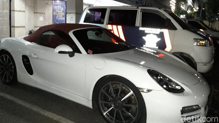 Porsche putih penerobos busway di Jaksel, diamankan polisi. (Rakha Ariyanto Darmawan/detikcom)