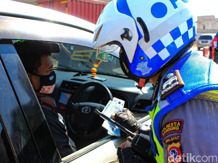 Personel Satlantas Polresta Bandung, Dishub dan Satpol PP Kabupaten Bandung mulai memperketat penyekatan di gerbang exit Tol Cileunyi.
