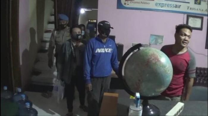 Tujuh PSK dan dua pasangan mesum diamankan di Sidoarjo. Tepatnya di Desa Bungurasih, Kecamatan Waru.