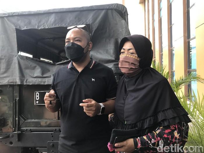 Reza Aditya menemani sang bunda yang mengaku kerap dianiaya suami sirinya.
