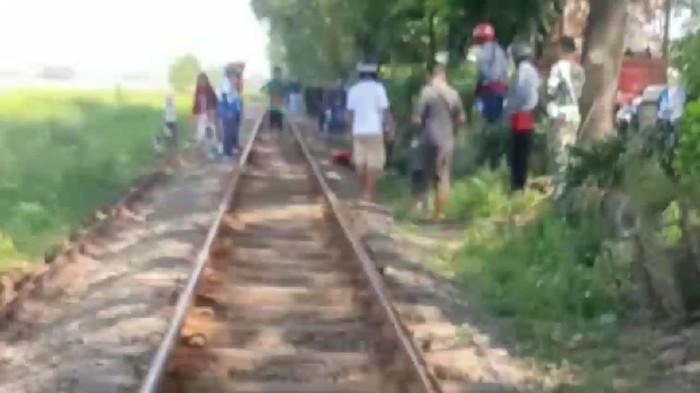 Seorang pria asal Sidoarjo tewas tertabrak kereta api (KA) di Pasuruan. Korban tertabrak KA saat ngopi dan menerima telepon di atas rel.