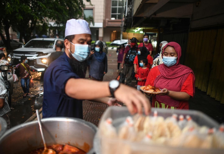 Ustaz Ebit Lew asal Malaysia bagikan 300 porsi makanan gratis untuk buka puasa.