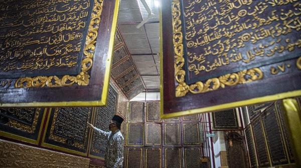 Nah, bagi Anda yang sedang berada di Palembang jangan lup auntuk berkunjung ke tempat Alquran raksasa ini.