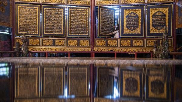Pengunjung membaca ayat-ayat yang ada di Alquran Al-Akbar di Palembang, Sumatera Selatan, Jumat (23/4/2021).