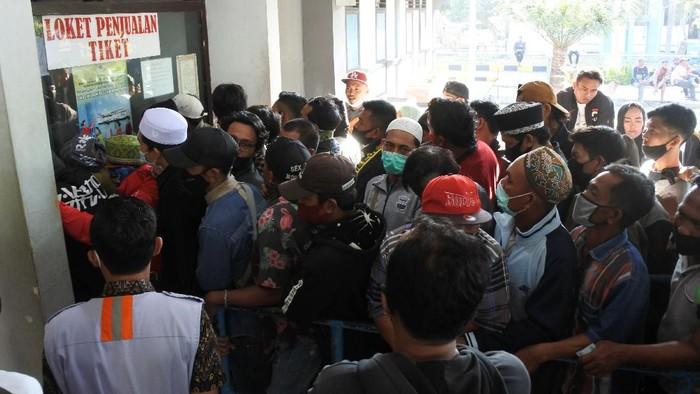 Calon penumpang berjalan Larangan mudik membuat warga memilih mudik lebih awal. Sejumlah warga di Situbondo pun datangi Pelabuhan Jangkar untuk beli tiket kapal motor penyeberangan.