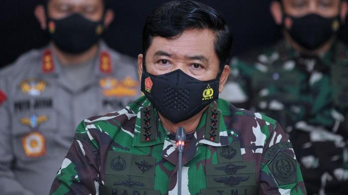 Panglima TNI bersama KSAL dan Polri ungkap perkembangan pencarian KRI Nanggala-402. Sejumlah barang turut ditampilkan dalam konferensi pers tersebut.
