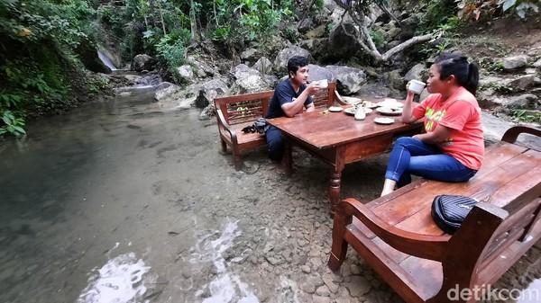 Ada sebuah kedai kopi unik di Kulon Progo. Kedai itu bernama Kembang Kopi. Lokasinya di di Wisata Bukit Sebantung, Jatimulyo, Girimulyo. Kedai ini unik karena meja kursinya ada di tengah sungai. (Jalu Rahman Dewantara/detikTravel)
