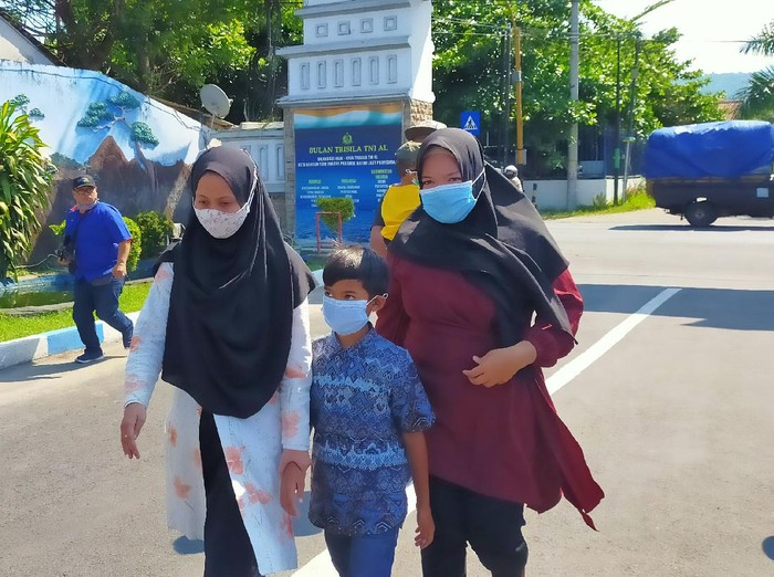 Keluarga Kru Kapal Selam Nanggala-402 Datangi Lanal Banyuwangi