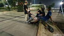 Melihat Asyiknya Komunitas Skateboard Karawang Menunggu Waktu Sahur