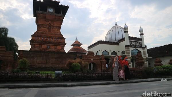 Menara Kudus merupakan peninggalan Sunan Kudus salah satu Wali Sanga penyebar agama Islam.