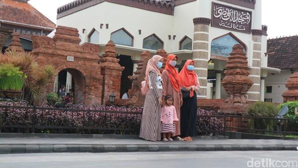 Di sana warga berfoto di depan Menara Kudus.