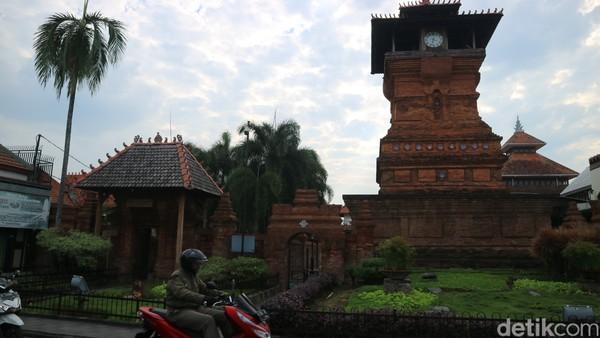 Di bulan Ramadhan, Menara Kudus jadi tempat ngabuburit warga lokal.