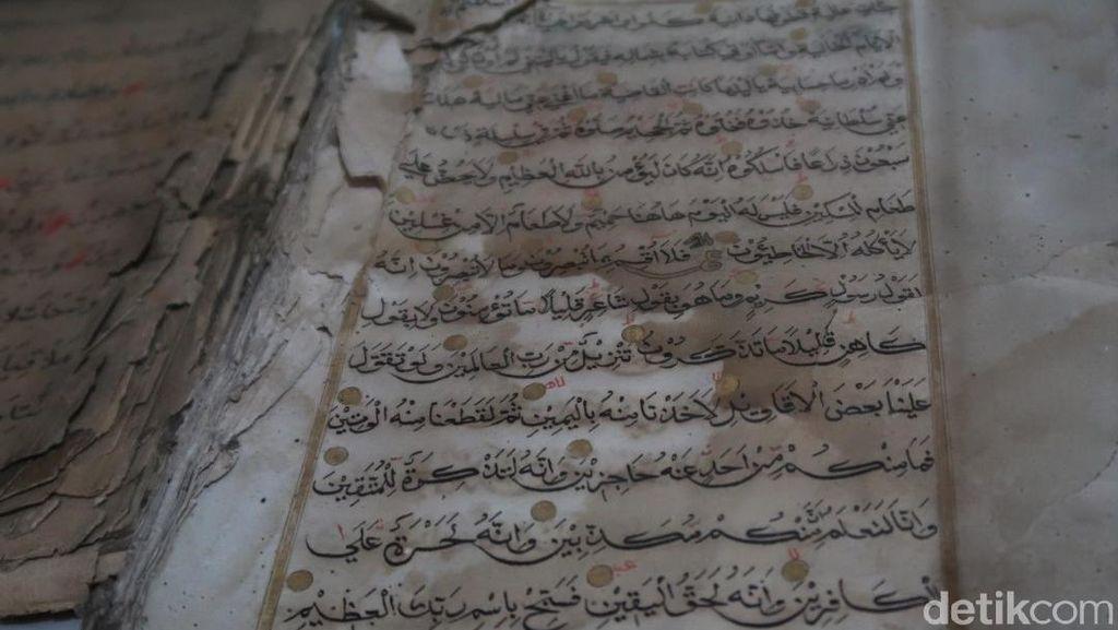 Penampakan Al-Quran Bertinta Emas yang Dikoleksi Pria di Bantul