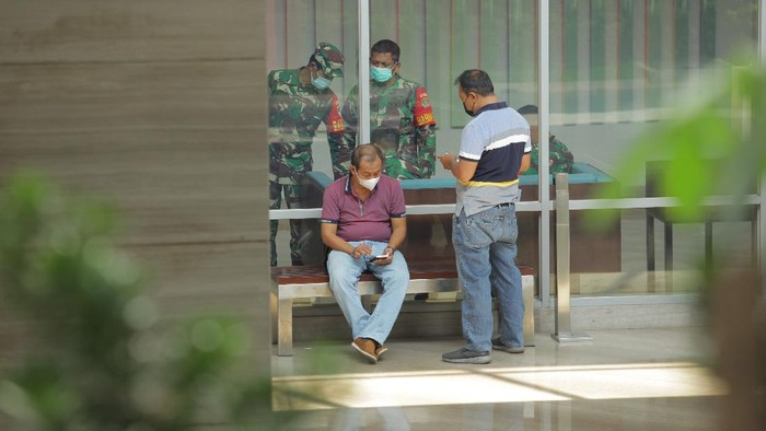 Sebuah hotel di Jakarta disiapkan jadi lokasi karantina terpusat bagi ratusan WNA khususnya WN India yang negatif COVID-19. Area hotel itu tampak dijaga polisi.