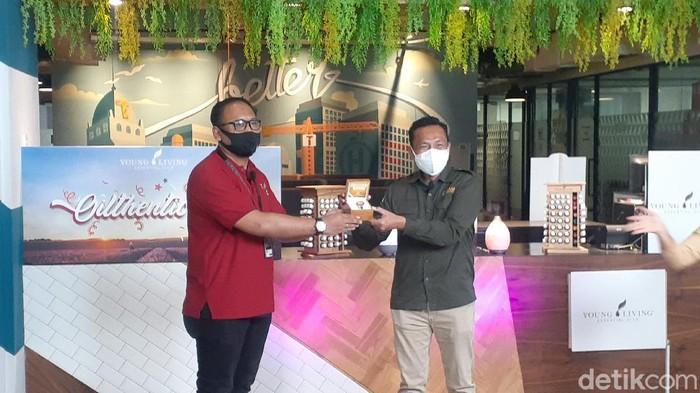 Serah terima produk Young Living Indonesia yang akan dilelang secara simbolis oleh Head of Human Resorces and General Affairs Dimas Rahmanto (kiri) kepada General Manager CT Arsa Gatut Mukti (kanan). Foto: Afzal Nur Iman/detikcom