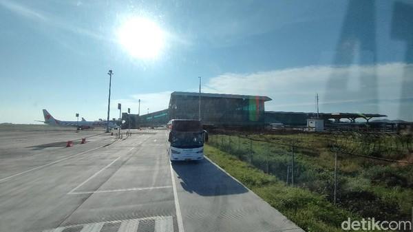 Para peserta juga diajak melihat aneka fasilitas penunjang bandara seperti alat deteksi gempa dan tsunami, Science Corner dan sebagainya. Tuntas berkeliling terminal, peserta kemudian diajak menyusuri Air Side bandara, meliputi runway, taxiway dan apron menggunakan bus berkecepatan rendah. (Jalu Rahman Dewantara/detikTravel)