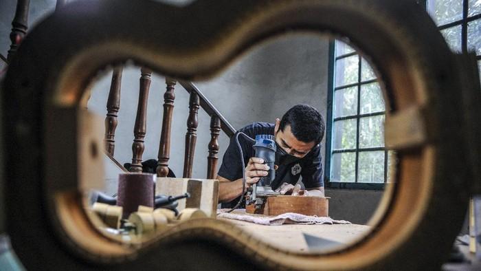Ada sebuah rumah produksi yang khusus membuat ukulele di Bandung. Tak tanggung-tanggung, ukelele tersebut sudah dijual ke Singapura hingga Amerika.